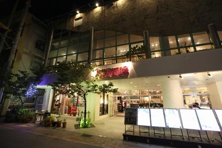 桜坂劇場・夜の正面(横):No.0064