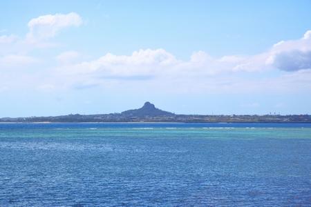 備瀬のフクギ並木から見える伊江島(横):No.0382