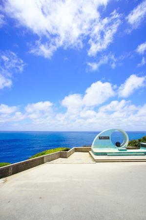 喜屋武岬の「平和の塔」と海(縦):No.0759
