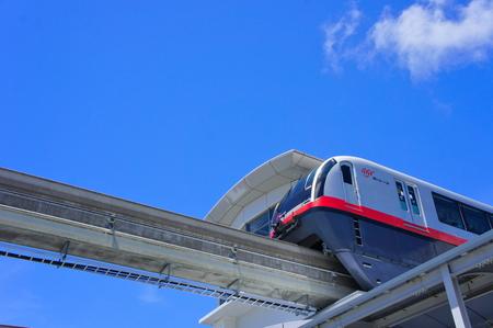 駅に停車するモノレール (横):No.0986