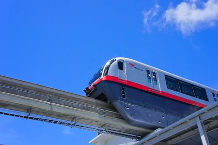 駅から発車するモノレール (横):No.0987