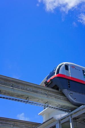 駅から発車するモノレール (縦):No.0989