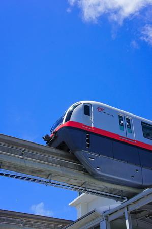 駅から発車するモノレール (縦):No.0990