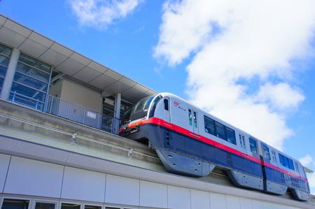 駅に停車するモノレール (横):No.0992