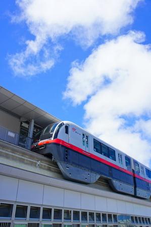 駅に停車するモノレール (縦):No.0993