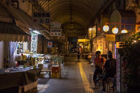 平和通り(夜)・公設市場付近(横):No.1620