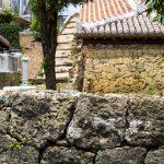 やちむん通り・赤瓦と石垣の塀(横):No.1768