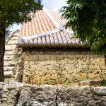 やちむん通り・赤瓦と石垣の塀(横):No.1769