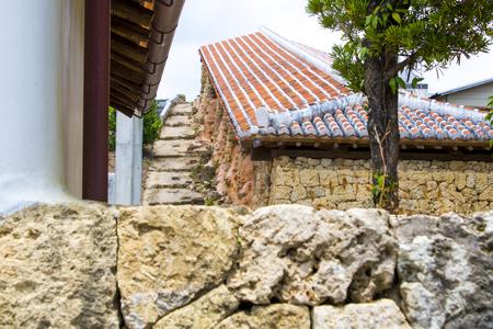 やちむん通り・赤瓦と石垣の塀(横):No.1771