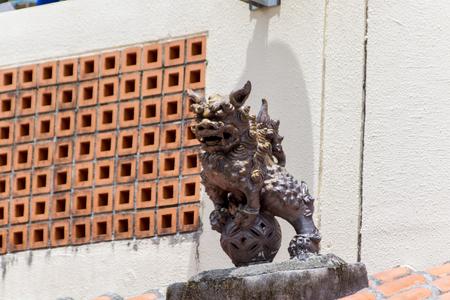 やちむん通り・屋根上のシーサー(横):No.1774