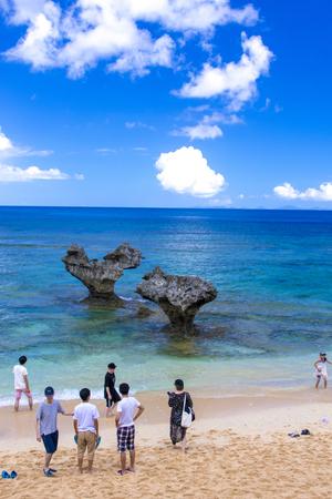 古宇利島のハートロックと観光客(縦):No.1957