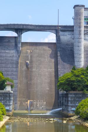 漢那ダム・洪水吐き・正面(縦):No.2273