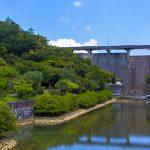 漢那ダム・洪水吐きと周辺の森(横):No.2277