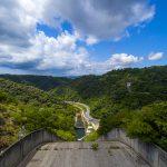 福地ダム・堤頂から見た周辺の森(縦):No.2187