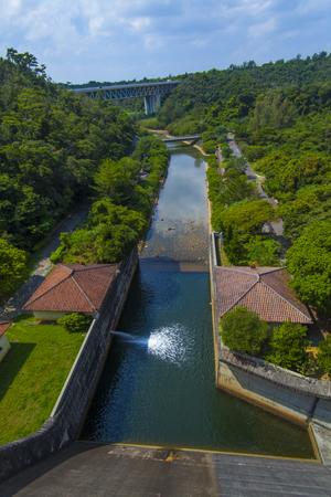 漢那ダム・洪水吐きの上から見た景色(縦):No.2233
