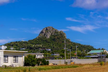 伊江村内から見える城山(伊江島タッチュー)遠景(横):No.2410