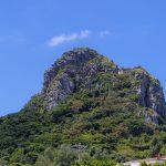 地上から見上げた城山(伊江島タッチュー)(横):No.2417