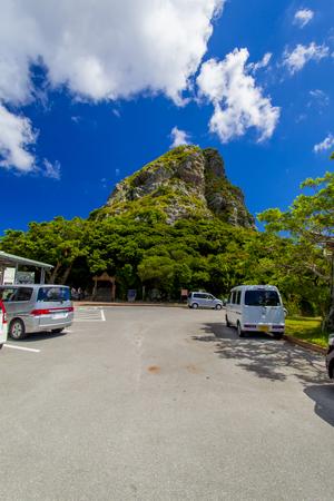 城山(伊江島タッチュー)登山口付近の駐車場(縦):No.2400