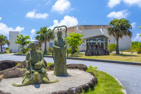 久米島ウミガメ館・浦島太郎と乙姫の像(横):No.3395