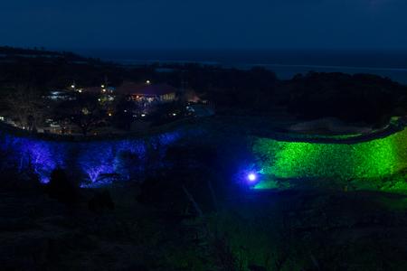 今帰仁グスク桜まつり・遠景からの城壁のライトアップ(横):No.3637